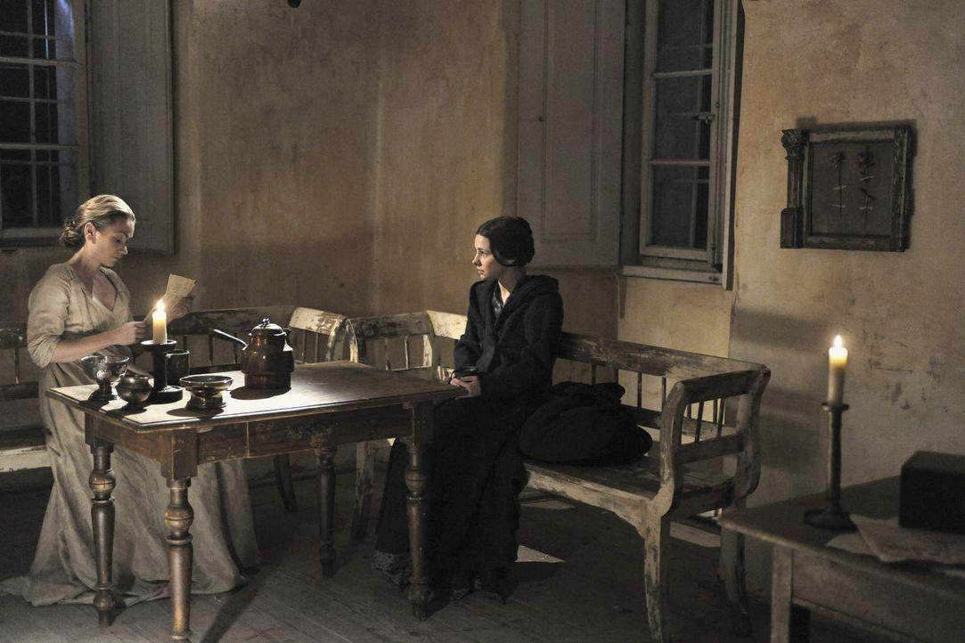 Marburg 1799: Nach dem Tod ihrer Mutter macht sich Gesa Langwasser (Josefine Preuß, r.) mit einem Empfehlungsschreiben zu der angesehenen Hebamme El... - Bildquelle: Jiri Hanzl SAT.1
