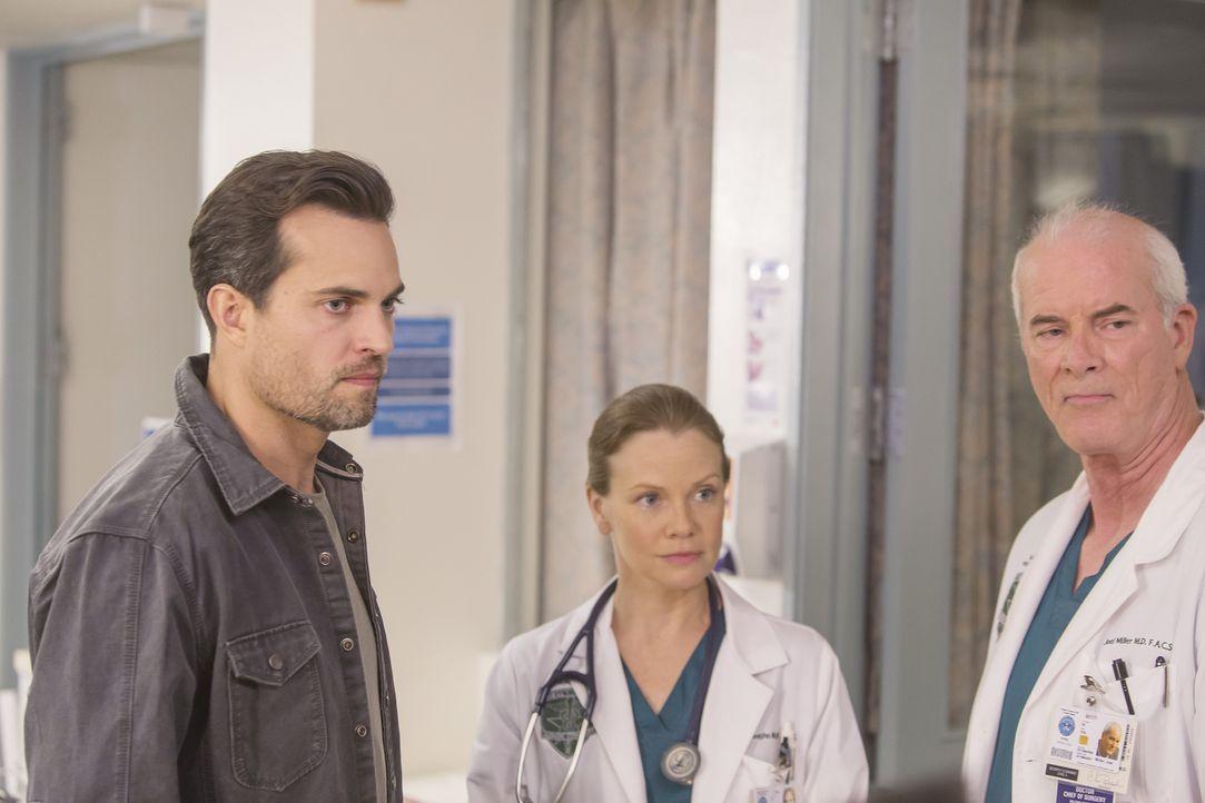 Sind sich über die Behandlungsmethode ihres Patienten nicht einig: Major Thorpe (Scott Elrod, l.), Emily Vaughn (Sarah Jane Morris, M.) und Colonel... - Bildquelle: Ron Batzdorff ABC Studios