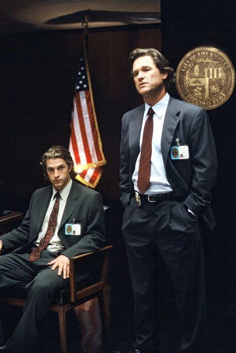 Als Cop Eldon Perry (Kurt Russell) mit seinem jungen Partner Bobby Keough (Scott Speedman, l.) die Ermittlungen in einem brutalen Raubmordfall aufni... - Bildquelle: Tobis Film