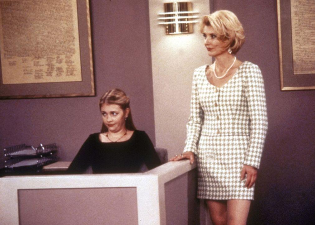 Sabrina (Melissa Joan Hart, l.) hat Probleme mit ihrem Mathelehrer. Tante Zelda (Beth Broderick, r.) braut mit ihr einen Zaubertrank ... - Bildquelle: Paramount Pictures