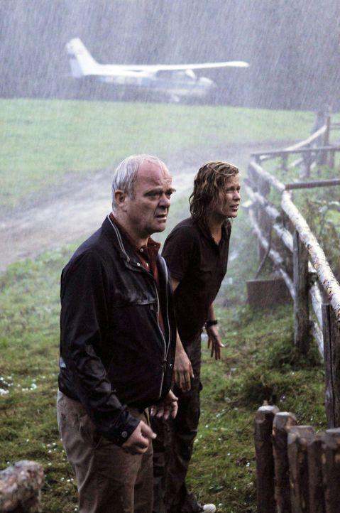 Andrea (Valerie Niehaus, r.) und ihr Vater Friedrich (Götz Burger, l.) versuchen verzweifelt Rosel aus ihrem Haus vor dem Unwetter zu retten. - Bildquelle: Petro Domenigg Sat.1