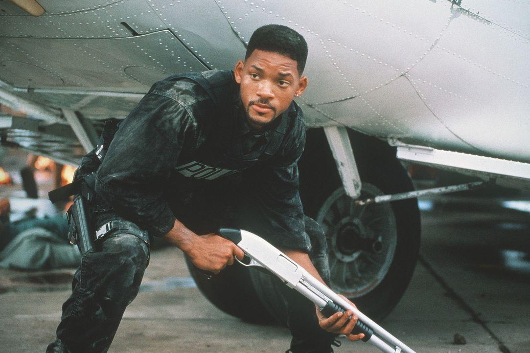 Wenn es brennt, greift Lowrey (Will Smith) auch mal auf unorthodoxe Mittel zurück ... - Bildquelle: 1995 Columbia Pictures Industries, Inc. All Rights Reserved.