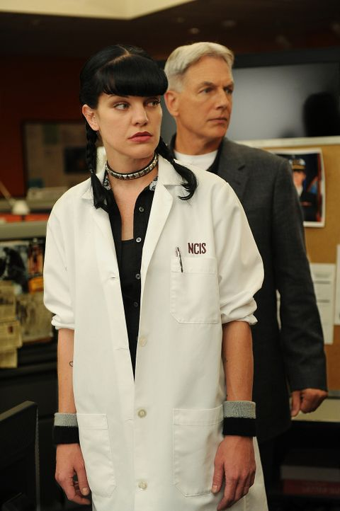 Ein Mord, während eines Stromausfalles in Washington D.C. geschehen, bereitet Gibbs (Mark Harmon, r.) und Abby (Pauley Perrette, l.) anfangs Kopfzer... - Bildquelle: CBS Television