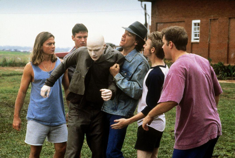 Immer wieder ist Powder (Sean Patrick Flanery, 3. v. l.) den Hänseleien und gewalttätigen Ausbrüchen seiner schwer erziehbaren Mitschüler ausges... - Bildquelle: Buena Vista Pictures