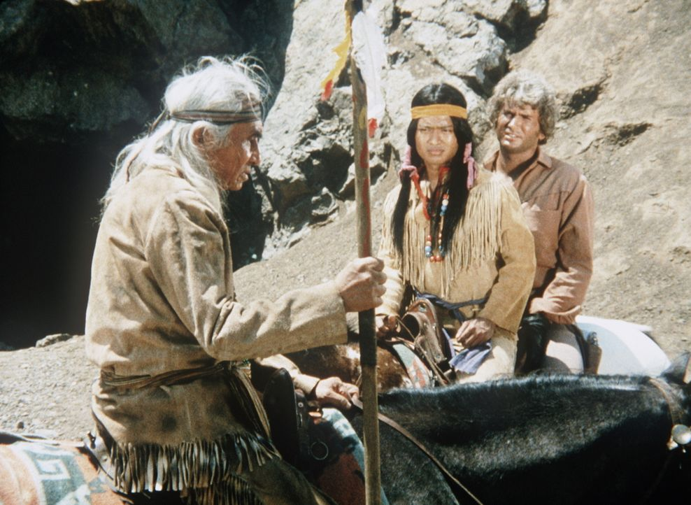 Little Joe Cartwright (Michael Landon, r.) wird von Häuptling Red Cloud (Chief Dan George, l.) und Swift Eagle (Patrick Adiarte, M.) in die nächste... - Bildquelle: Paramount Pictures