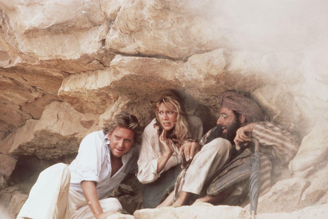 Omars Männer sind nicht abzuschütteln. Sie bringen Joan (Kathleen Turner, M.), Jack (Michael Douglas, l.) und den Heiligen Mann (Avner Eisenberg, r.... - Bildquelle: 20th Century Fox Film Corporation
