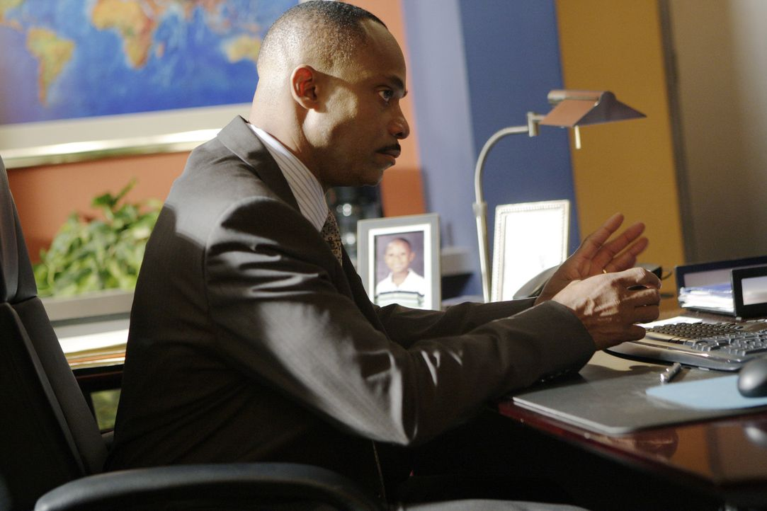 Director Leon Vance (Rocky Carroll) erhält zwei anonyme Hinweise zum momentanen Fall, doch Gibbs und sein Team kommen trotzdem nicht wirklich weite... - Bildquelle: CBS Television