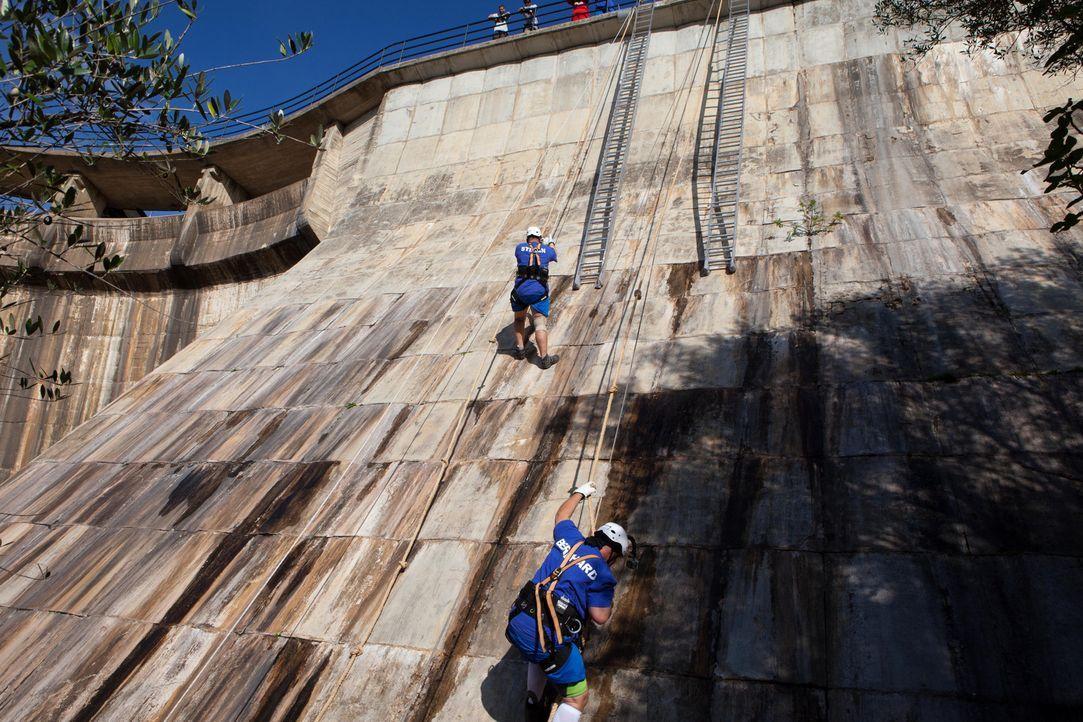 Stefan (l.) erklimmt die Stauwand wie eine Bergziege, aber Bernhard (r.) tut sich noch schwer ... - Bildquelle: Enrique Cano SAT.1