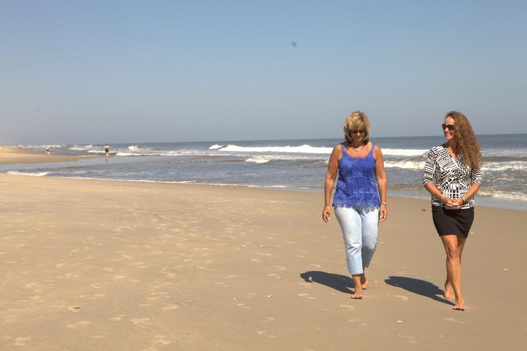 Maklerin Wende Pritchard (r.) macht sich für Deborah Hrab (l.) auf die Suche nach einem Strandhaus auf den Outer Banks ... - Bildquelle: 2013,HGTV/Scripps Networks, LLC. All Rights Reserved