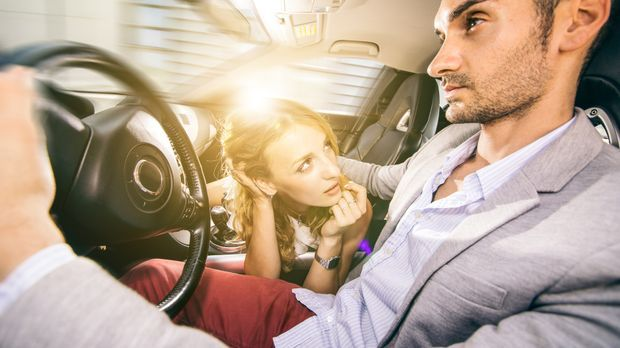 Frau setzt an zum Blowjob im Auto