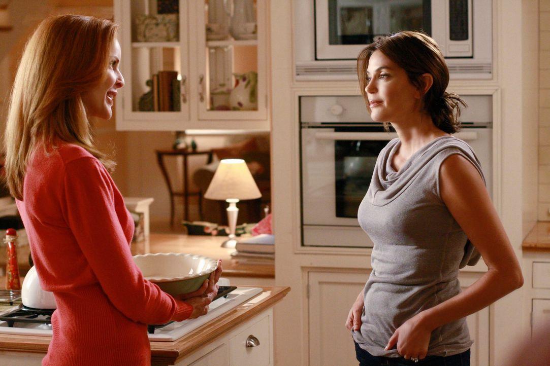 Während sich Bree (Marcia Cross, l.) nach und nach eingestehen muss, dass sie Gefühle für Karl entwickelt, spitzt sich die Situation um Mike, Susan... - Bildquelle: ABC Studios