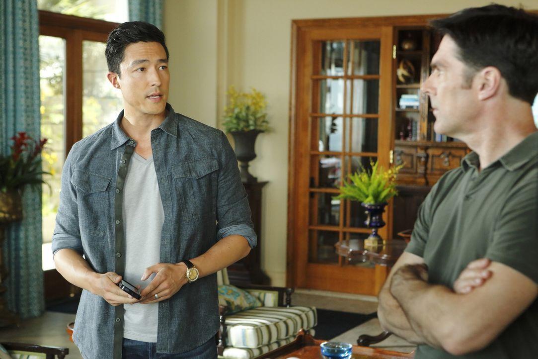 Hoffen, die entführte Familie lebend zu finden: Matthew Simmons (Daniel Henney, l.) und Hotch (Thomas Gibson, r.) ... - Bildquelle: ABC Studios