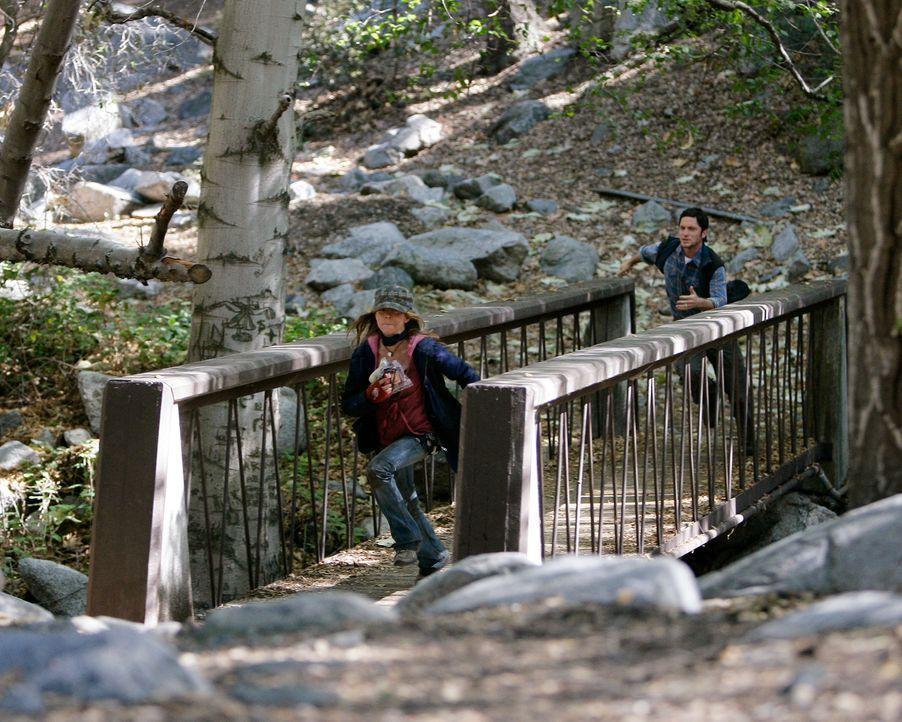 Wird es Jim (David Conrad, r.) gelingen, die 13-jährige Becca (Mackenzie Vega, l.) zu ihren Eltern zurückzubringen? - Bildquelle: ABC Studios