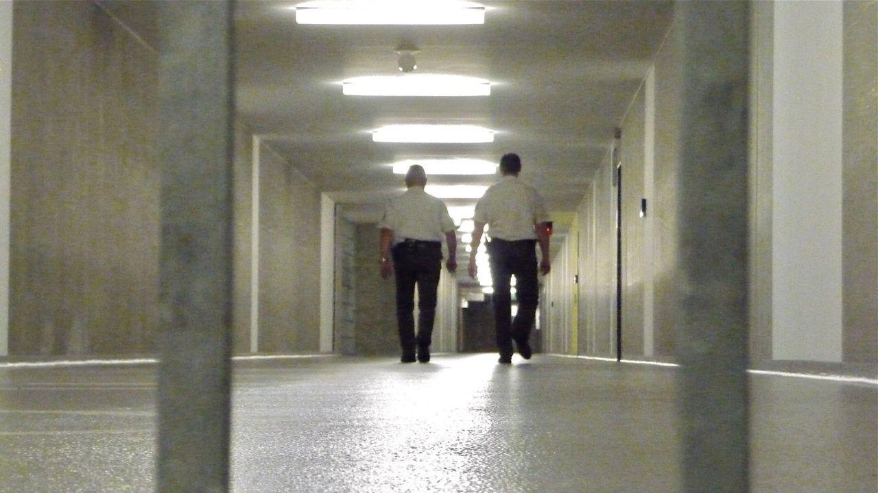 """Stacheldraht und dicke Mauern trennen sie von der Außenwelt: Für Häftlinge und Schließer ist die JVA Dresden """"ihre Welt"""" - mit eigenen Gesetzen. Der... - Bildquelle: SAT.1"""