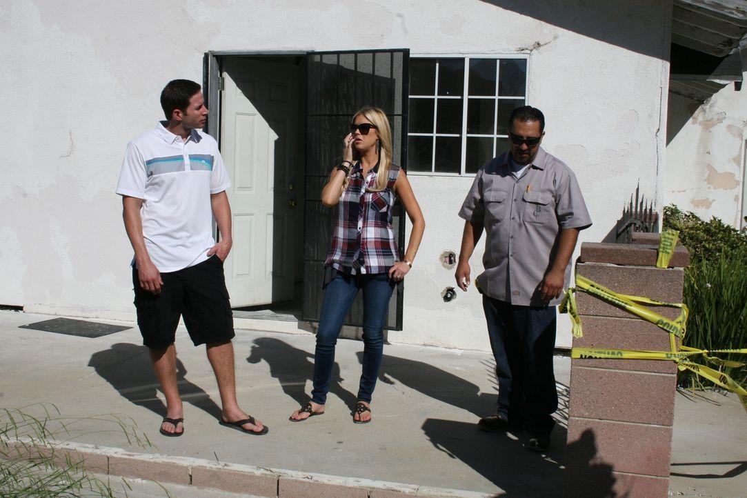 Zusammen mit Bauunternehmer Israel Battres (r.) besprechen Tarek (l.) und Christina (r.) die Umbaumaßnahmen. Kann die Renovierung im Budget bleiben,... - Bildquelle: 2016,HGTV/Scripps Networks, LLC. All Rights Reserved