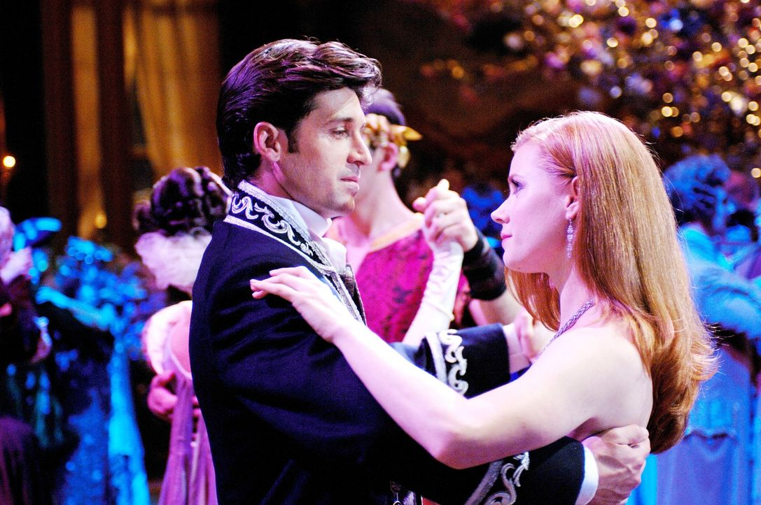 Märchenprinzessin Giselle (Amy Adams, r.) wollte eigentlich nichts anderes, als ihren Traumprinzen Edward zu heiraten. Doch dann wird sie von der bö... - Bildquelle: Barry Wetcher Disney. All rights reserved