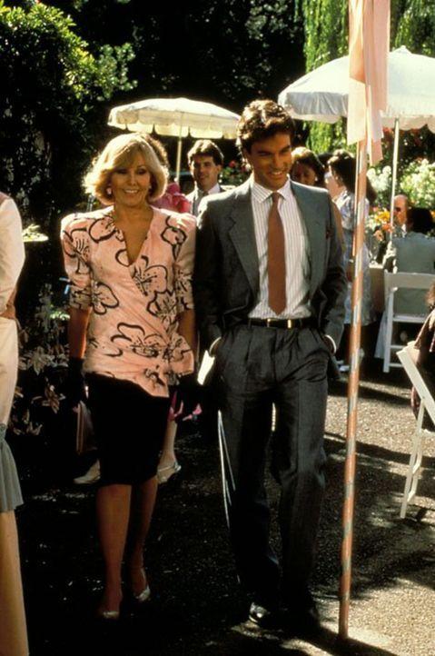 (6. Staffel) - Nicht nur Angela, sondern auch Richard (David Selby, r.) hegt starke Zweifel daran, dass Kit Marlowe (Kim Novak, l.) wirklich Peters... - Bildquelle: 1986   Warner Brothers