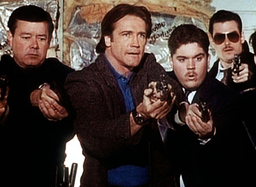 Jack Stewart hat falschen Alarm ausgelöst. Daraufhin erscheint Steve Sloan (Barry Van Dyke, 2.v.l.) mit seinen Jungs. - Bildquelle: Viacom