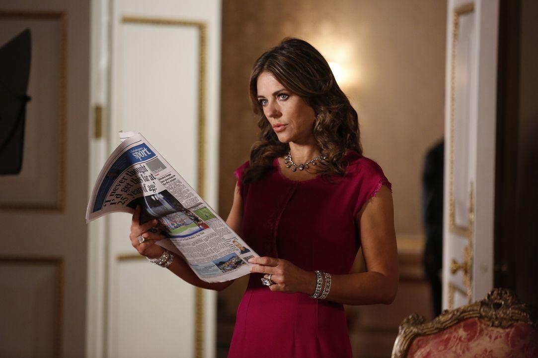 Kann nicht glauben, was sie in der Zeitung sehen muss: Königin Helena (Elizabeth Hurley) ... - Bildquelle: Tim Whitby 2014 E! Entertainment Media LLC/Lions Gate Television Inc.