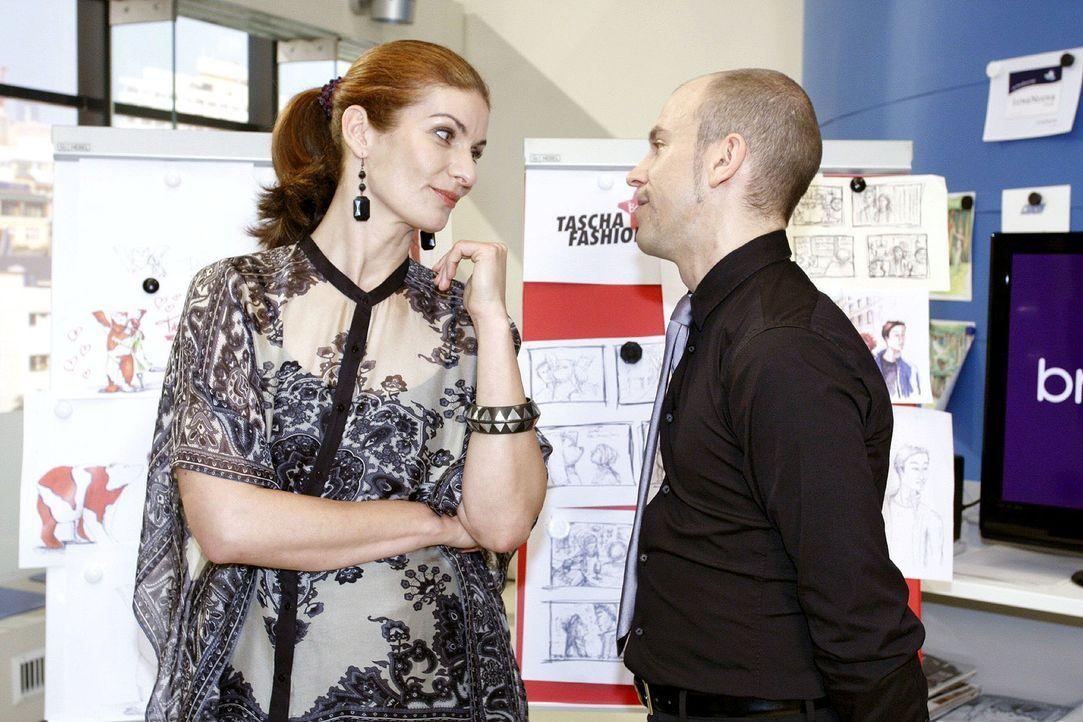 Natascha (Franziska Matthus, l.) und Gerrit (Lars Löllmann, r.) lachen sich ins Fäustchen, dass Jonas das Arbeitsverhältnis mit Anna zugunsten seine... - Bildquelle: Noreen Flynn Sat.1