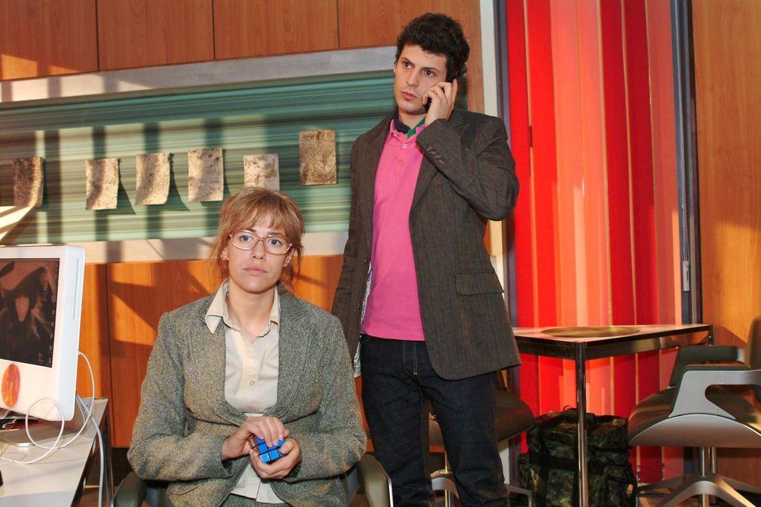 Lisa (Alexandra Neldel, l.) verfolgt ungeduldig das Telefonat, das Rokko (Manuel Cortez, r.) mit der Polizei führt. (Dieses Foto von Alexandra Neld... - Bildquelle: Monika Schürle Sat.1