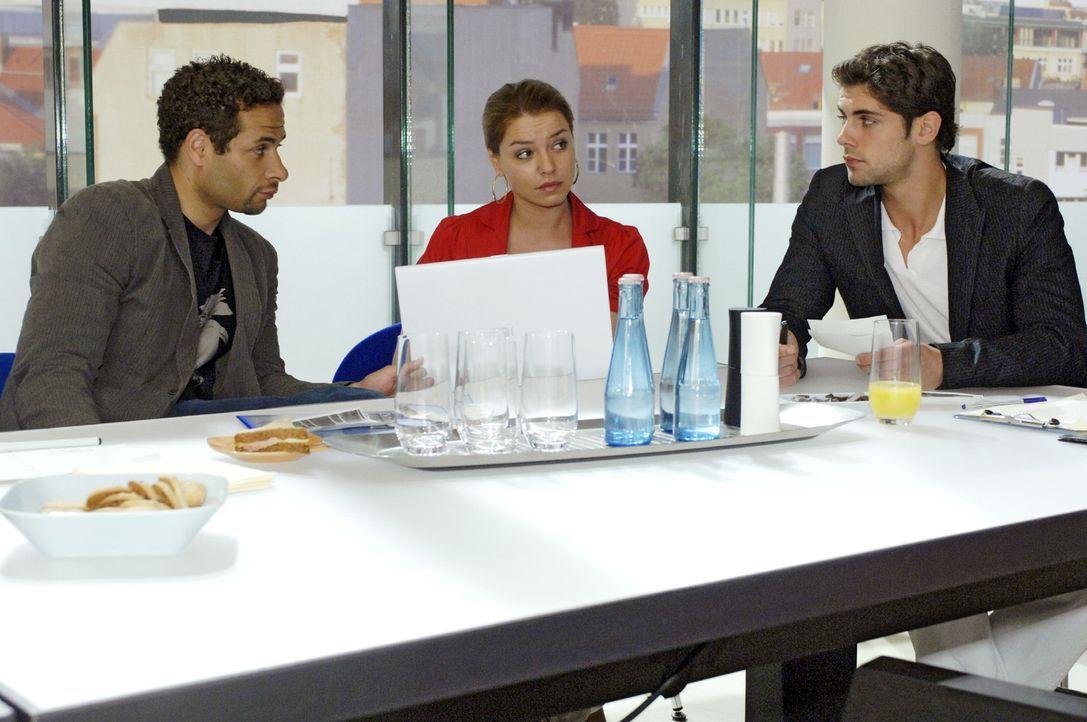 Katja (Karolina Lodyga, M.) versucht vor Jannick (Mike Adler, l.) und Jonas (Roy Peter Link, r.) zu vertuschen, dass ihr die Ideen ausgehen ... - Bildquelle: Oliver Ziebe Sat.1