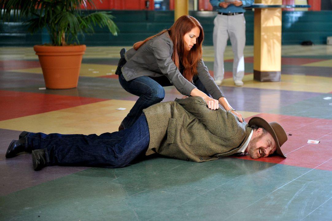 Grace (Amanda Righetti, l.) konnte Cobb Holwell (Jim Beaver, r.) aufhalten - doch ist er wirklich der Mörder von Bill Sutton? - Bildquelle: Warner Bros. Television