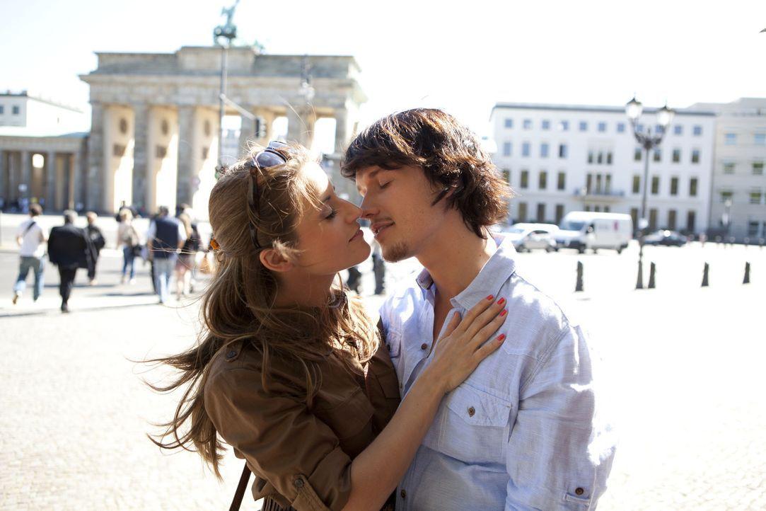 Während Bea (Vanessa Jung, l.) und Ben (Christopher Kohn, r.) ein gemeinsames romantisches Wochenende in Berlin verbringen, findet Ronny Beweise da... - Bildquelle: SAT.1
