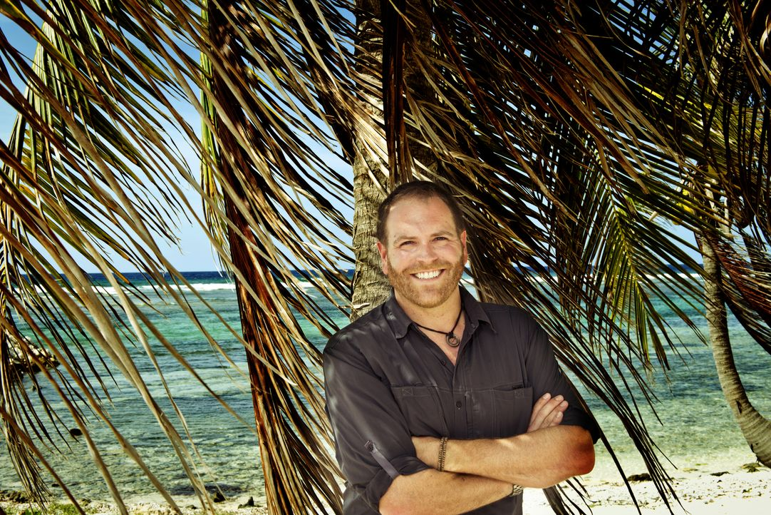 Josh Gates reist auf die Kaimaninseln und an die Küste von North Carolina, um nach dem legendären Schatz des Piraten Blackbeard zu suchen ... - Bildquelle: 2015,The Travel Channel, L.L.C. All Rights Reserved