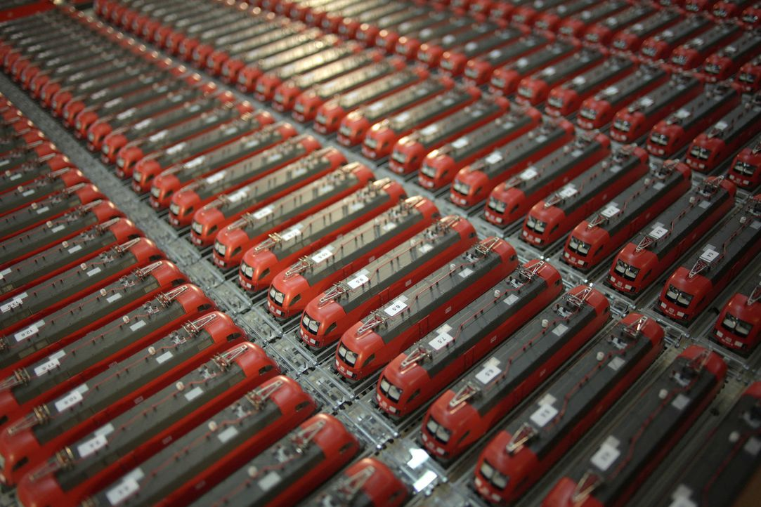Können 150 Miniaturloks eine echte Lok mit ca. 64 Tonnen Gewicht ziehen? Das will Galileo zu seinem 15. Jubiläum wissen. Den Versuch wagt das Wiss... - Bildquelle: ProSieben