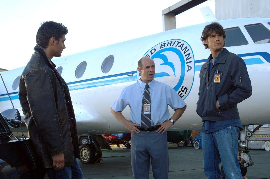Jerry (Brian Markinson, M.), ein alter Freund ihres Vaters, bittet Sam (Jared Padalecki, r.) und Dean (Jensen Ackles, l.) um Hilfe, einen Flugzeugab... - Bildquelle: Warner Bros. Television