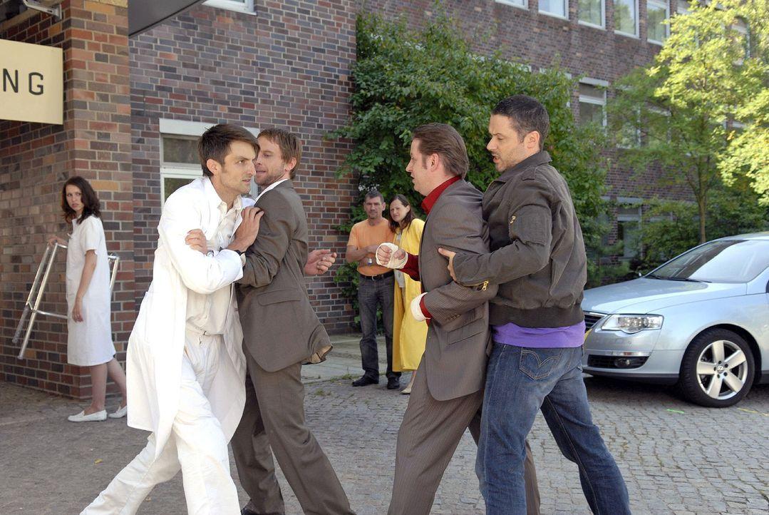 Philip (Julian Weigend, 2.v.l.) und Benno (Denis Petkovic, r.) gehen energisch dazwischen, als sich Stefan Zeller (Henning Vogt, l.) und Sigi Konz (... - Bildquelle: Christoph Assmann Sat.1