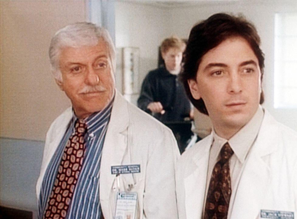 Mark (Dick Van Dyke, l.) und Jack (Scott Baio, r.) im Krankenhaus. - Bildquelle: Viacom