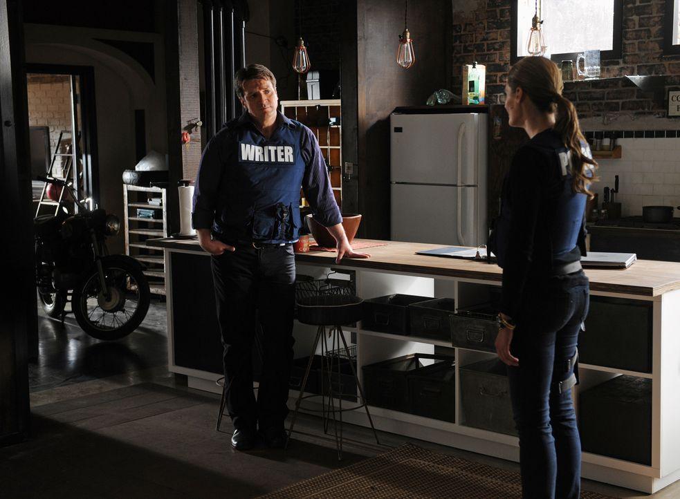 Beckett (Stana Katic, r.) befindet sich in großer Gefahr, denn sie steht auf einem versteckten Auslöser einer Bombe und wenn sie sich auch nur einen... - Bildquelle: ABC Studios