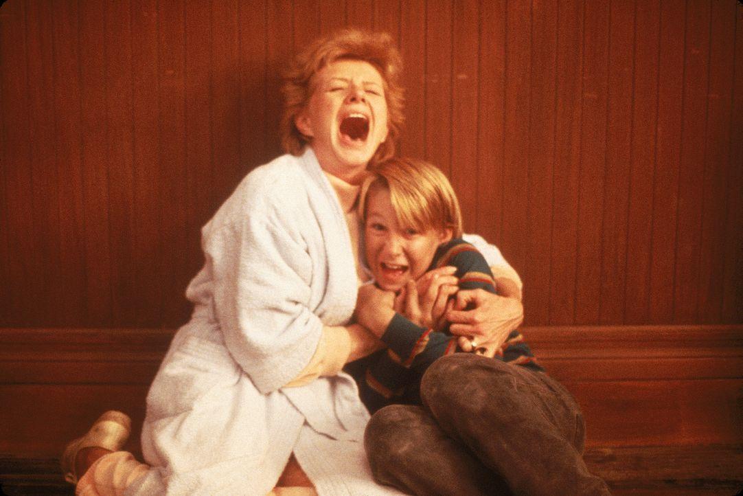 Auch Mrs. Penny (Sharon Spelman, l.) und Eddie Beckner (Douglas Emerson, r.) werden Opfer des Blobs ... - Bildquelle: Sony 2007 CPT Holdings, Inc.  All Rights Reserved.