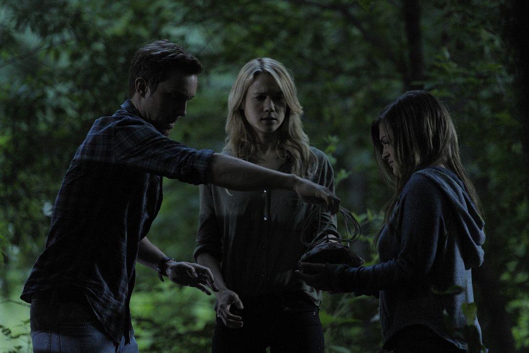 Josh (Sam Huntington, l.) und Nora (Kristen Hager, M.) fahren zusammen mit Erin (Lydia Doesburg, r.) in den Wald, wo sie sich zum ersten Mal verwand... - Bildquelle: Phillipe Bosse 2013 B.H. 2 Productions (Muse) Inc. ALL RIGHTS RESERVED.
