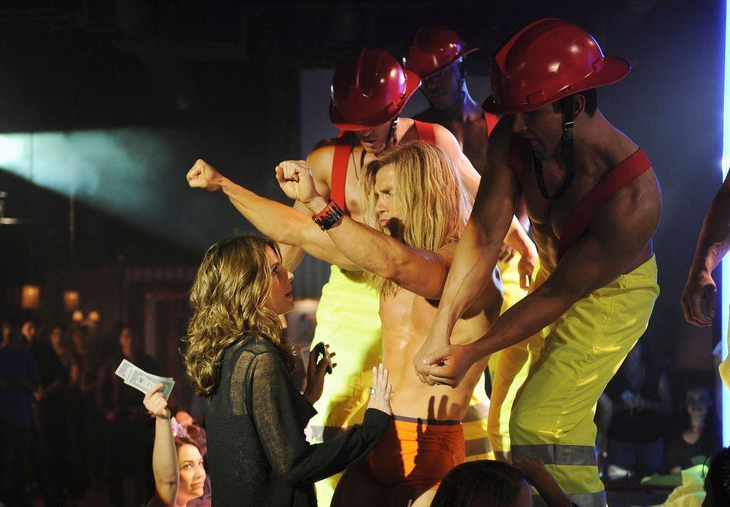Kate Beckett (Stana Katic, l.) amüsiert sich in einem Stripclub - jedoch rein aus beruflichen Gründen ... - Bildquelle: 2010 American Broadcasting Companies, Inc. All rights reserved.