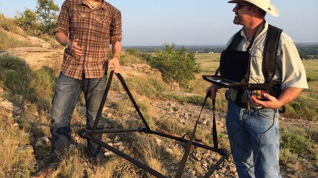 Außerhalb von Buzzard's Roost, Oklahoma, versuchen Abenteurer Josh Gates (l.)...