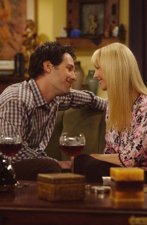 Mike (Paul Rudd, l.) und Phoebe (Lisa Kudrow, r.) haben sich verliebt. Sie tauschen sogar gegenseitig ihre Wohnungsschlüssel. - Bildquelle: TM+  2000 WARNER BROS.