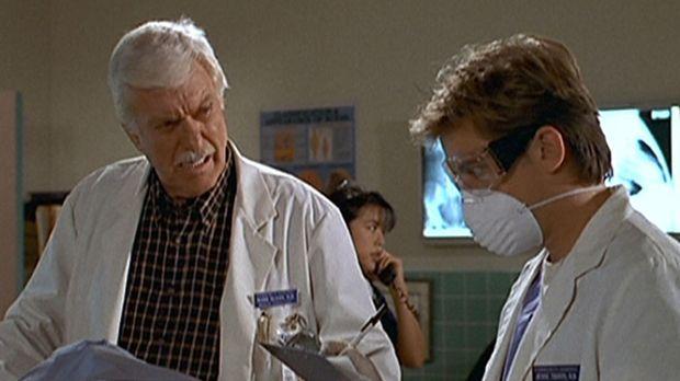 Jesse (Charlie Schlatter, r.) und Mark (Dick Van Dyke, l.) untersuchen die Op...