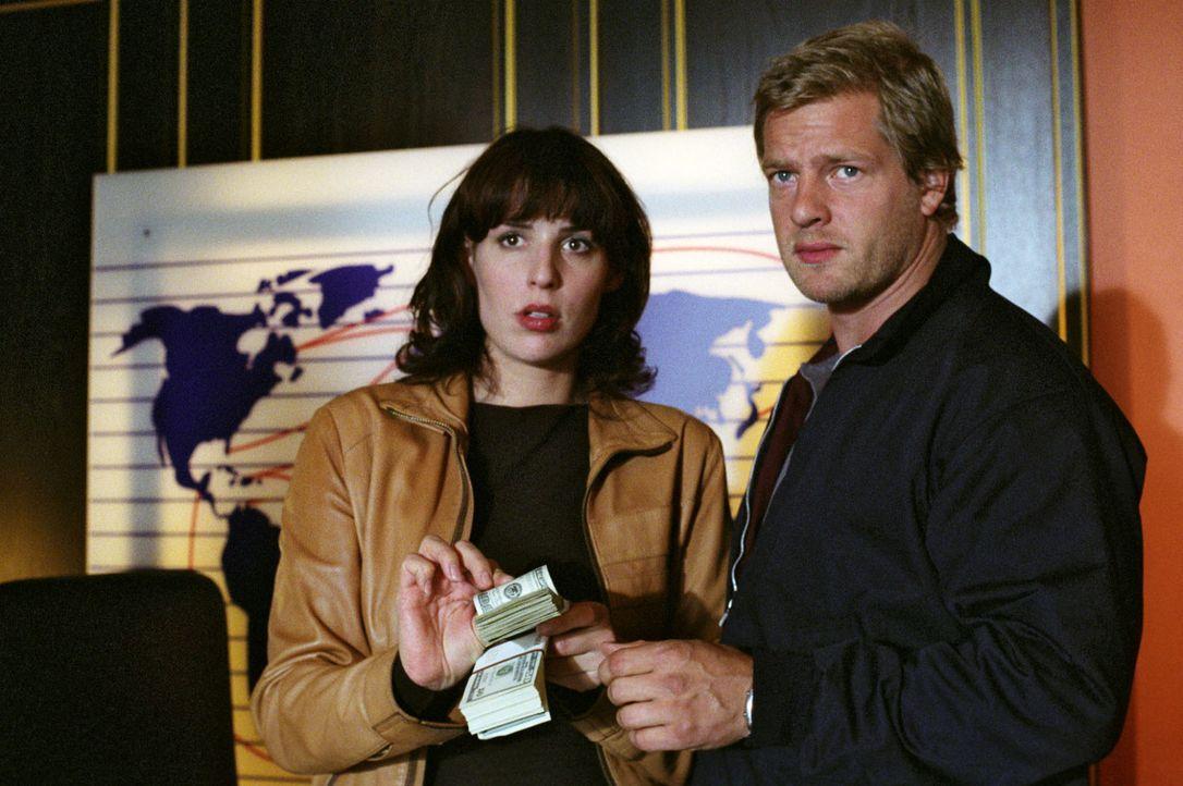 Nina (Elena Uhlig, l.) und Leo (Henning Baum, r.) - Bildquelle: Christian A. Rieger Sat.1