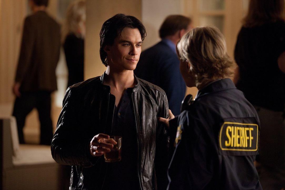 Lässt sich Damon (Ian Somerhalder, l.) von Sheriff Liz Forbes (Marguerite MacIntyre, r.) wirklich Angst einjagen? - Bildquelle: Warner Brothers