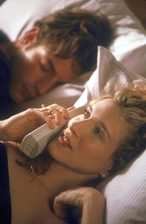 Am anderen Ende des Telefons staunt Stanford, dass Starmodel Derek (Andrea Boccaletti, l.) neben Carrie (Sarah Jessica Parker, r.) im Bett liegt. - Bildquelle: Craig Blankenhorn 1998 HBO