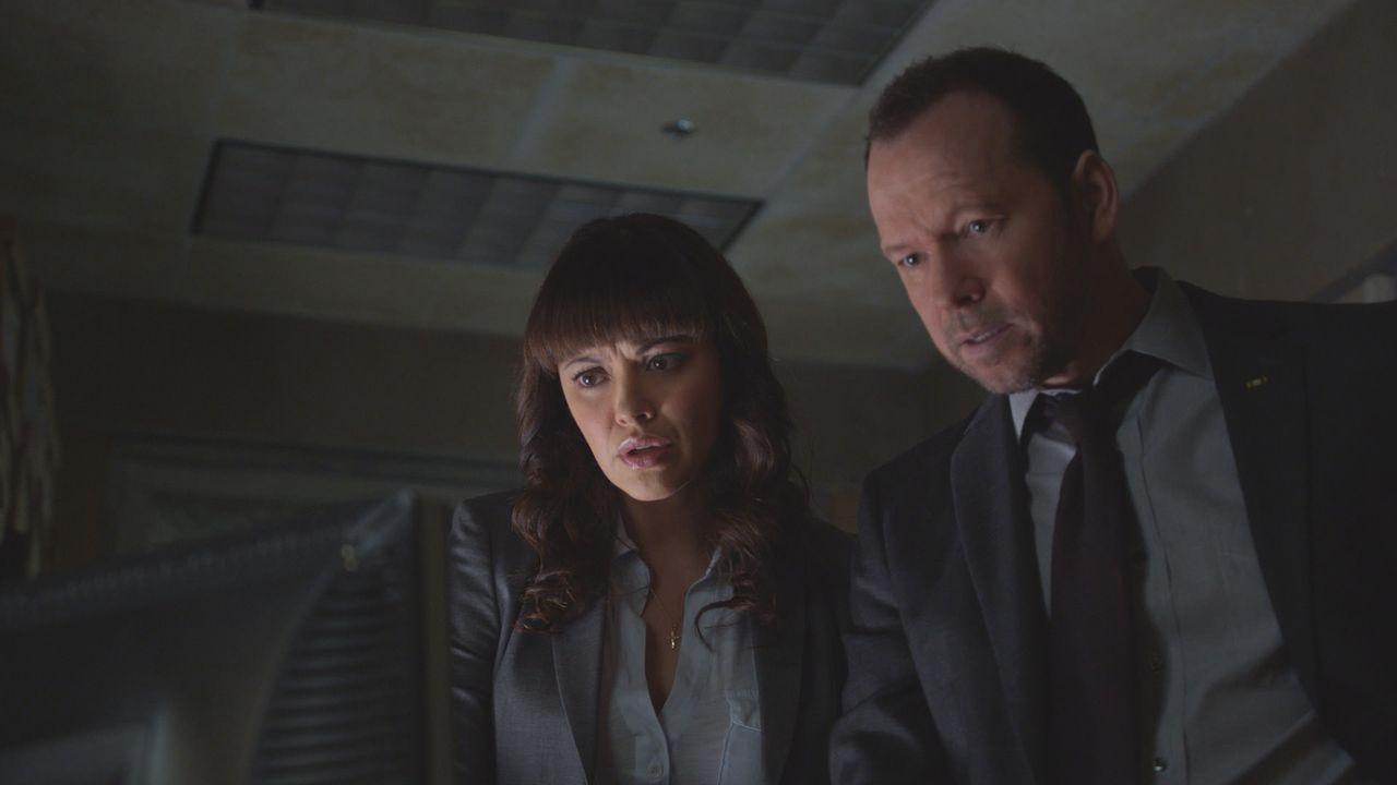 Danny (Donnie Wahlberg, l.) und Baez (Marisa Ramirez, r.) ermitteln in einem grausamen Mordfall: Warum wurde der finanziell-schwache Grundschullehre... - Bildquelle: 2014 CBS Broadcasting Inc. All Rights Reserved.