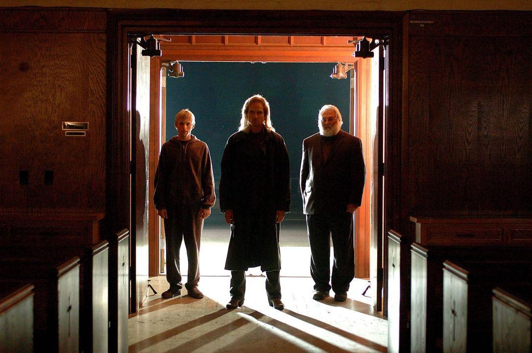 Führen nichts Gutes im Schilde: (v.l.n.r.) Tall Man One (Brian Foster Kane), Tall Man (James Horan) und Tall Man Two (Ron Hughart) ...