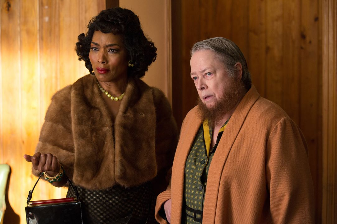 Eine erschreckende Neuigkeit zerstört in Sekundenschnelle die Träume von Desiree (Angela Bassett, l.) und Ethel (Kathy Bates, r.) ... - Bildquelle: 2014-2015 Fox and its related entities. All rights reserved.