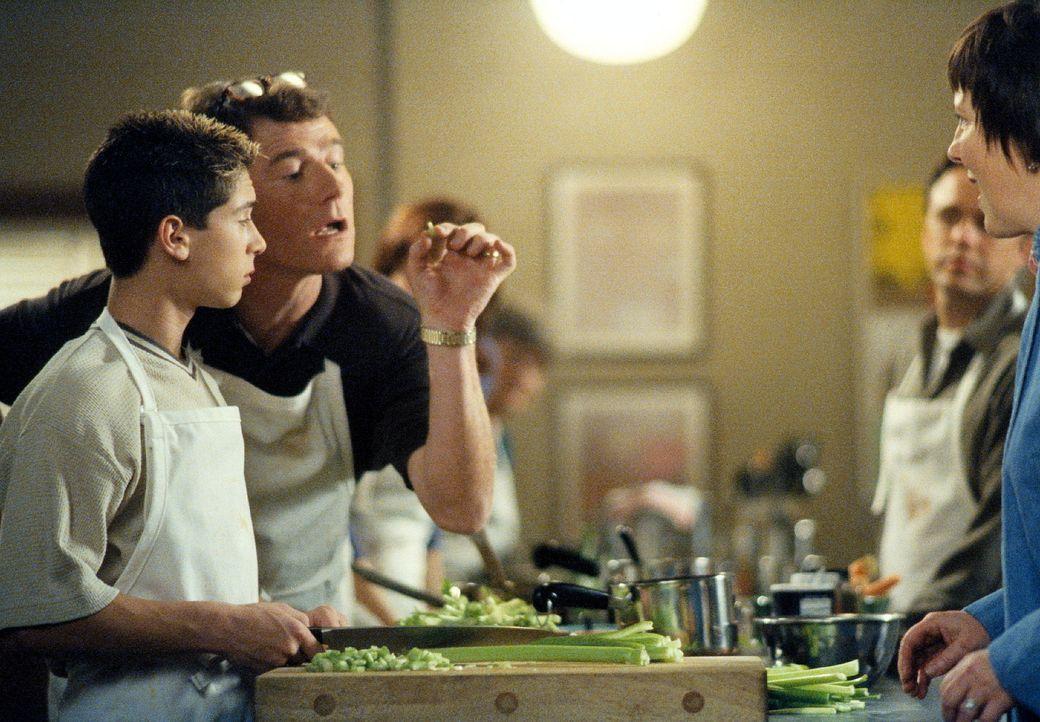 Hal (Bryan Cranston, 2.v.l.) präsentiert der Kochlehrerin die akkurat geschnittenen Lauchstückchen seines Sohnes Reese (Justin Berfield, l.) ... - Bildquelle: TM +   2000 Twentieth Century Fox Film Corporation. All Rights Reserved.