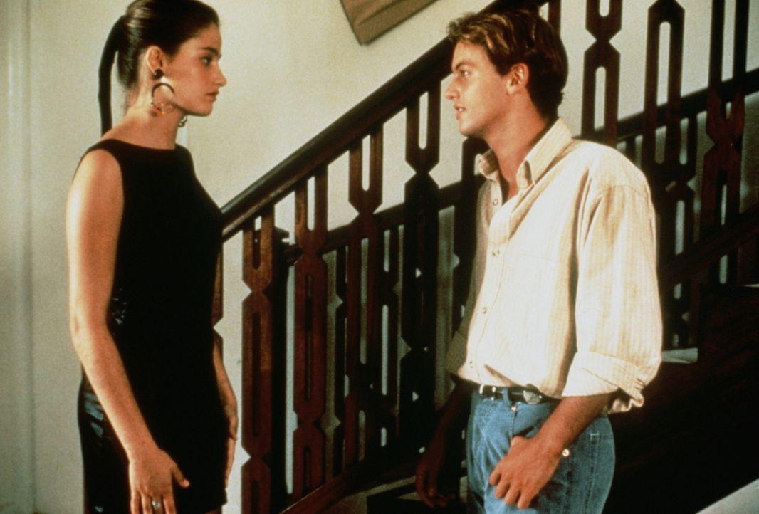 Durch einen raffinierten Trick, versucht Véronique (Marie Gillain, l.) den attraktiven Jüngling Benjamin (Patrick Mille, r.) auf sie aufmerksam zu m... - Bildquelle: TF1 Films Productions