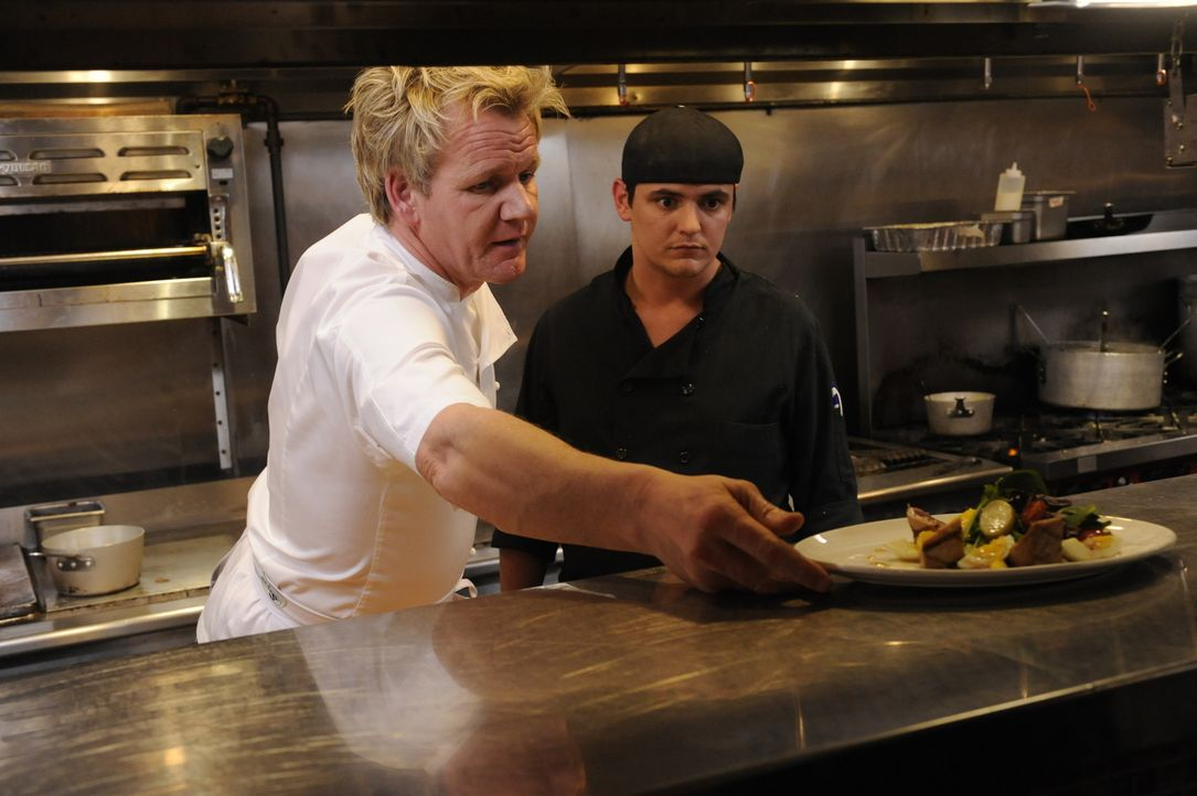 Gordon Ramsay (l.) zeigt, wie ein appetitlicher Teller auszusehen hat ... - Bildquelle: Jeffrey Neira Fox Broadcasting.  All rights reserved.
