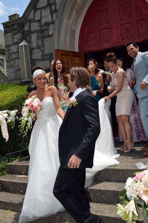 Die Stimmung ist bei dem Brautpaar Rosie (Dania Ramirez, vorne l.) und Spence (Grant Show, vorne r.), sowie bei ihren Gästen Carmen (Roselyn Sanchez... - Bildquelle: 2014 ABC Studios